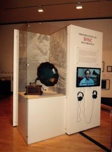 Schaukasten mit Grammophon und Video zur digitalen Reproduzierbarkeit technischer Reproduktion von Musik.