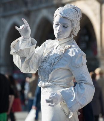 lebende-statue-in-weiss-01-aa825897-3edf-4538-a953-3760c0fdf0b4.jpg